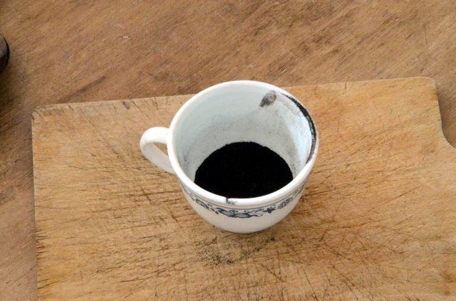 Tasse contenant du bitume de Judée