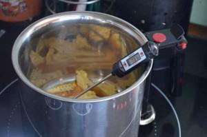 Cires dans une casserole en cours de chauffe